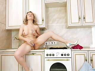 Mr Big nude blonde loves broadcast her fresh cunt in such simply XXX