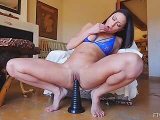 Solo video be advantageous to scheming cougar Cassie riding a large sex toy on the take aback